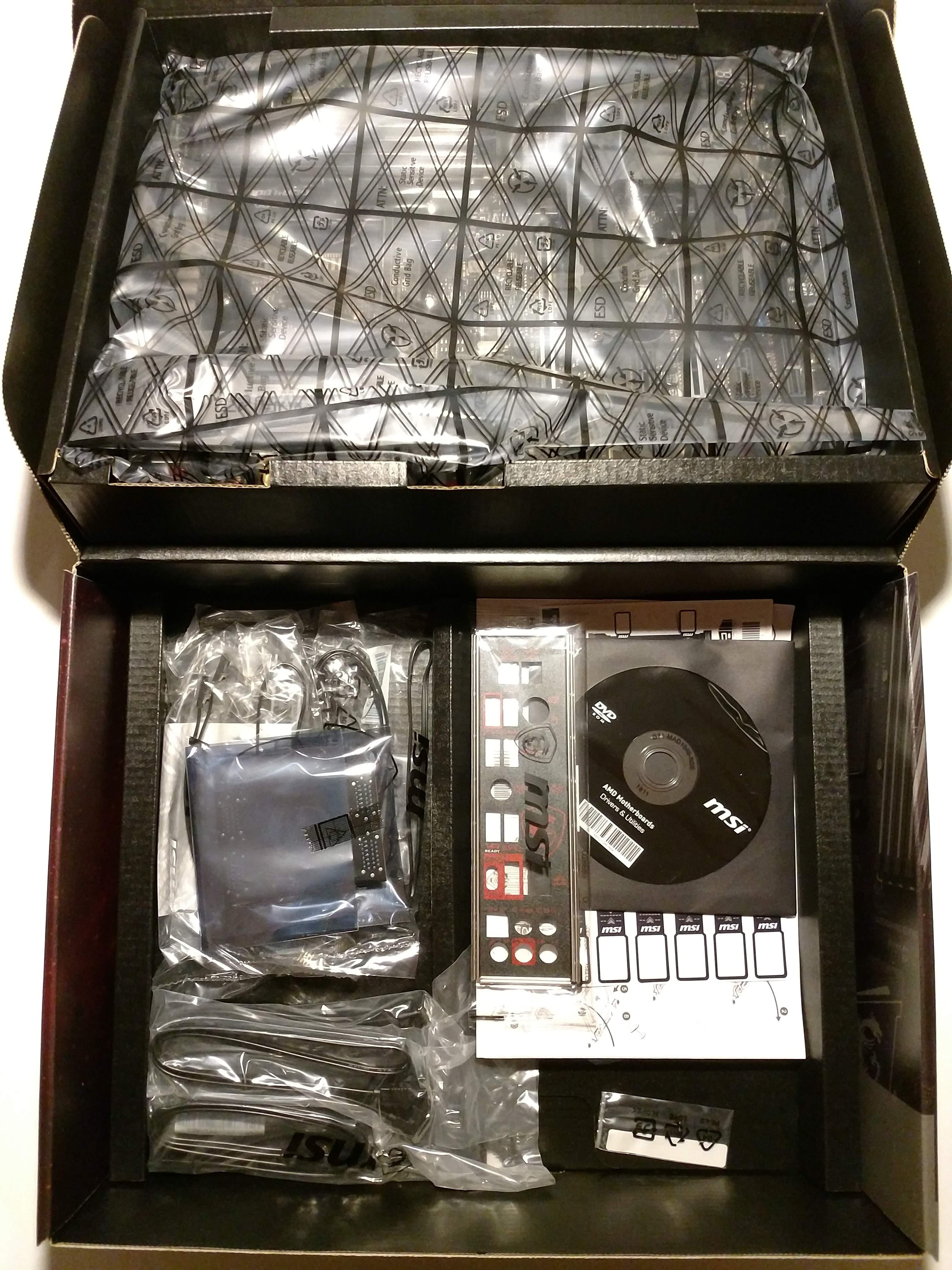 Klicken Sie auf die Grafik für eine größere Ansicht  Name:6. MSI X470 Gaming M7 AC geöffneter Karton mit darunter liegendem Zubehör.jpg Hits:35 Größe:1,70 MB ID:1000577