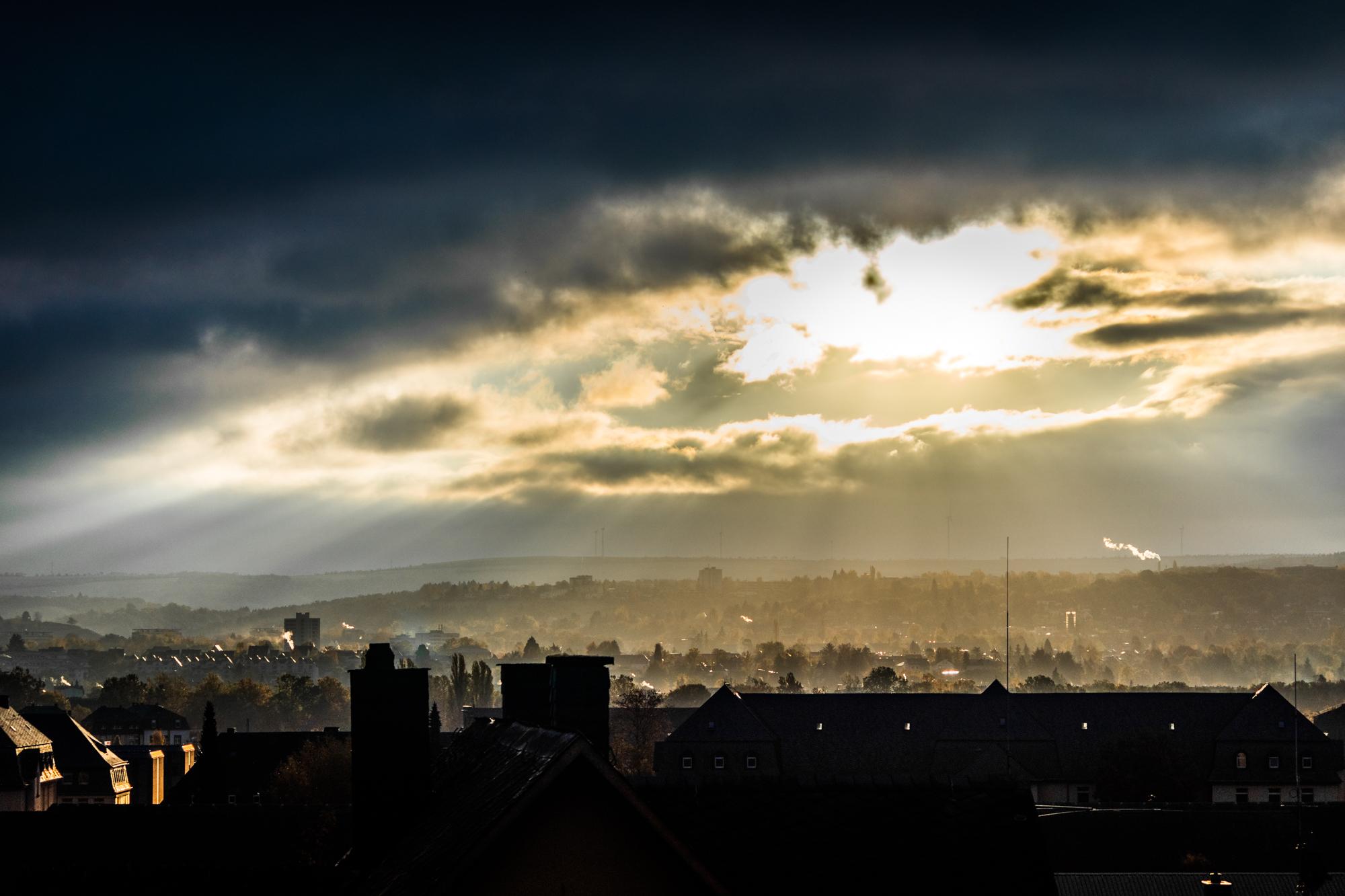 Klicken Sie auf die Grafik für eine größere Ansicht  Name:Dramatischer Sonnenaufgang über Trier_klein.jpg Hits:64 Größe:1,13 MB ID:1017920