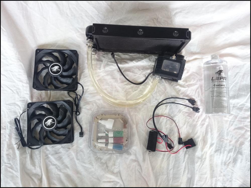 Von links nach rechts: zwei 120mm-Lüfter, Radiator+Pumpe, Plastikschachtel mit Farbzusätzen & Schrauben & Backplate, 24 Pin Adapter, Y-Kabel, Molex-Adapter und Ersatzflüssigkeit